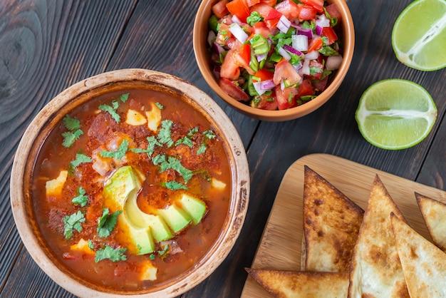 Schüssel würzige mexikanische suppe