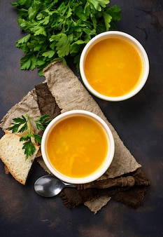 Schüsseln heiße vegetarische rote linsensuppe