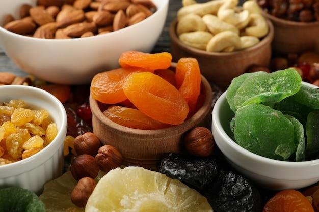 Schüsseln mit getrockneten früchten und nüssen