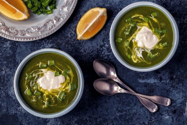 Schüsseln mit grüner brokkolisuppe und spinat