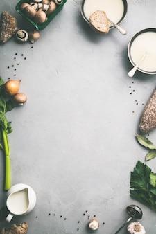 Schüsseln mit hausgemachter pilzsuppe und zutaten
