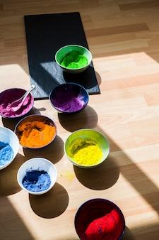 Schüsseln mit hellen trockenen farben am boden