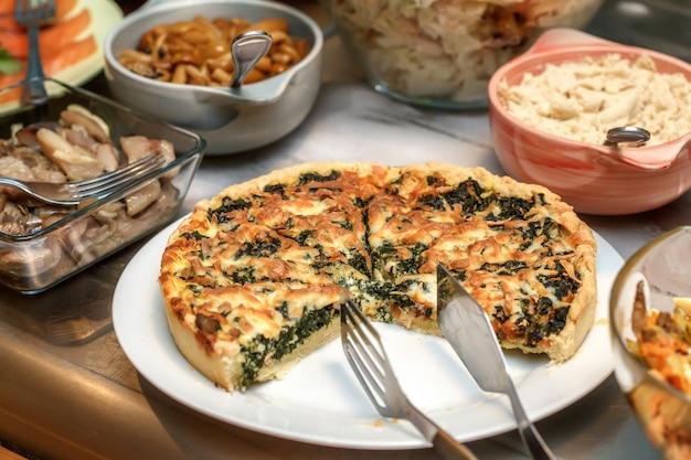 Schüsseln mit verschiedenen speisen im selbstbedienungsrestaurant