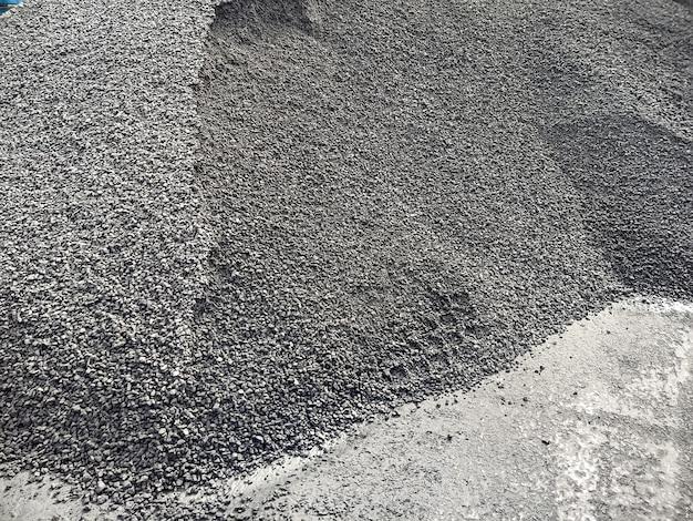Schüttgut auf einem haufen am liegeplatz für den transport auf schüttgutfrachtern lieferung von schüttgut