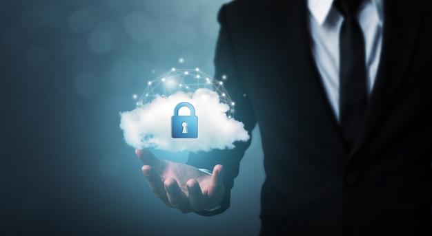 Schützen sie cloud-computing-netzwerksicherheitscomputer und schützen sie ihr datenkonzept. geschäftsmann, der schildschutzsymbol hält