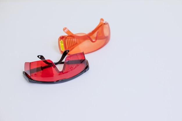 Schützende eyeweargläser getrennt auf einem weißen hintergrund.