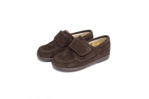 Schuh dunkelbraun auf weißem hintergrund