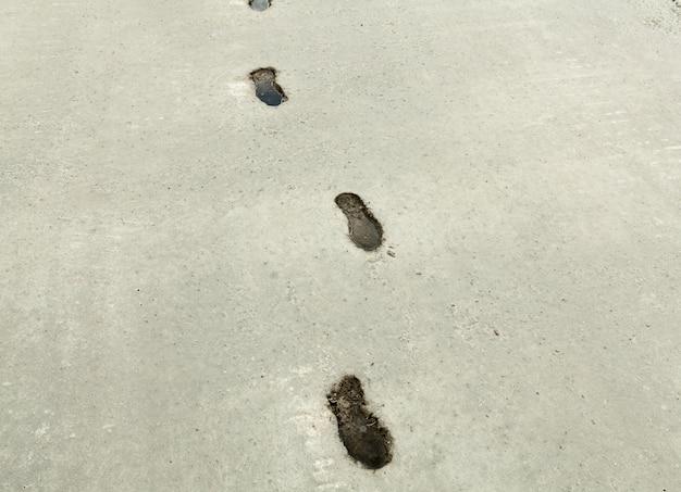 Schuhabdruck auf abstraktem hintergrund der betondecke.