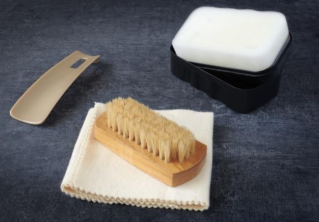 Schuhbürste, weiches poliertuch, schuhlöffel, schwamm mit silikon, nahaufnahme