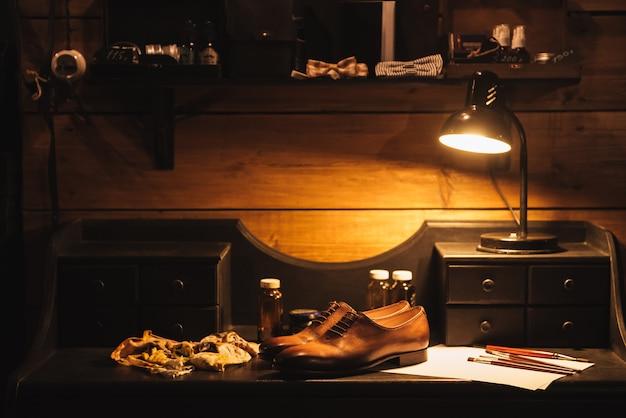 Schuhe auf dem tisch in der schuhwerkstatt.