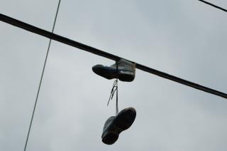 Schuhe auf einem strommast
