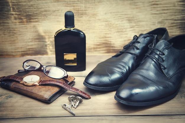 Schuhe, brille, uhr und brieftasche