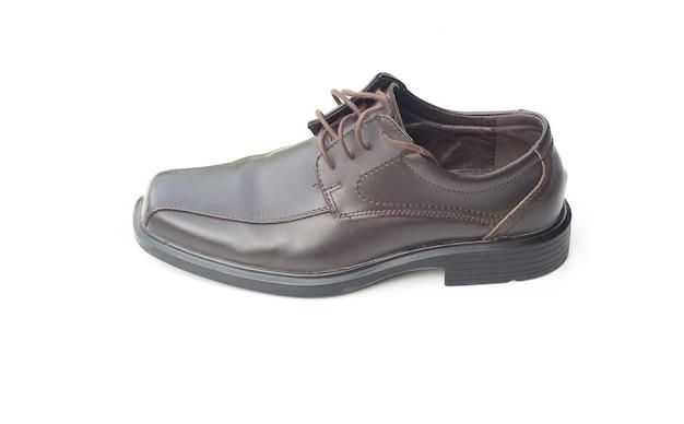 Schuhe der dunkelbraunen ledernen männer getrennt auf weiß