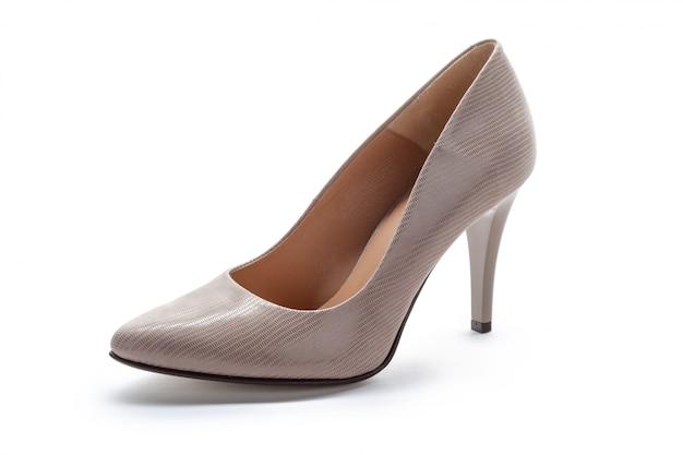 Schuhe der frauenhohen absätze getrennt auf weiß