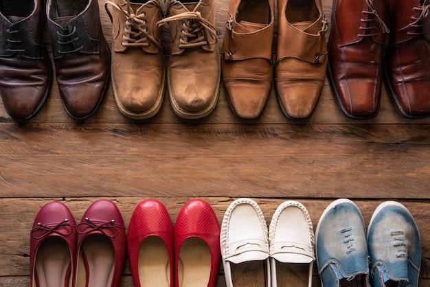 Schuhe mit verschiedenen arten der männer und der frauen auf einem bretterboden - lebensstile.