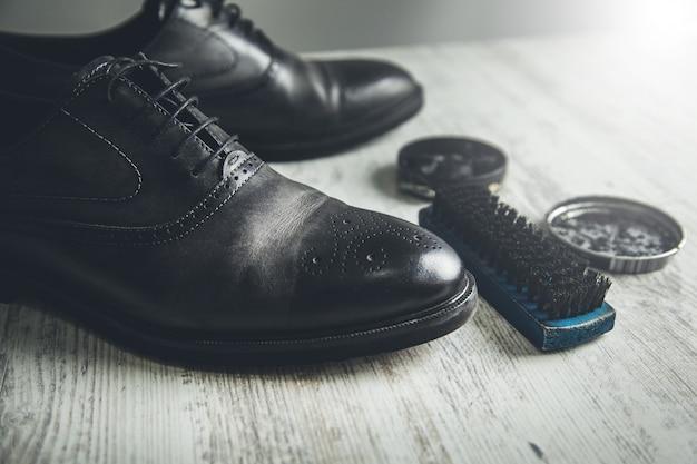 Schuhe reinigen und reparieren auf dem schreibtisch