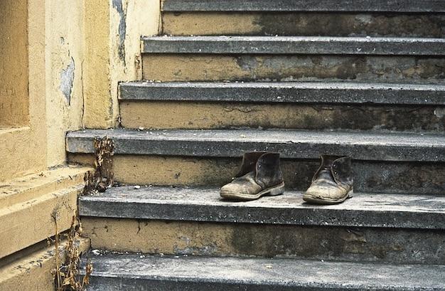 Schuhe treppen alter stiefel schuh gekippt