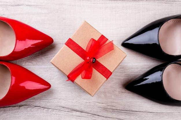 Schuhe und geschenkbox. schuhe und box mit band. schuhe sind das beste geschenk. teures schuhwerk als geschenk.