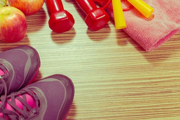 Schuhe und sportausrüstung auf bretterboden, draufsicht