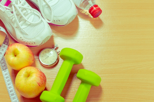 Schuhe und sportausrüstung auf holzoberflächeboden, draufsicht