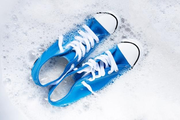 Schuhe vor dem waschen einweichen. schmutzige turnschuhe reinigen.