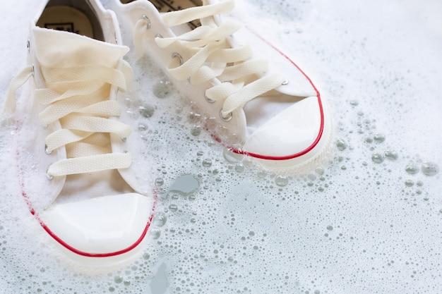 Schuhe vor dem waschen einweichen. schmutzige turnschuhe.