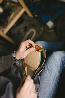 Schuhmacher in der werkstatt, die lederschuhe herstellt.