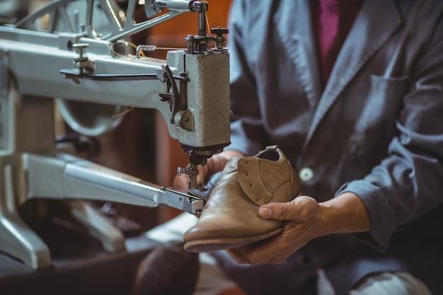 Schuhmacher mit nähmaschine