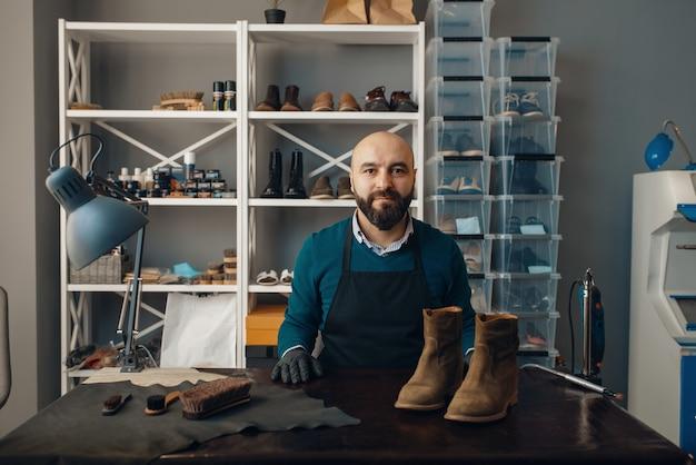 Schuhmacher repariert den schuh, schuhreparatur