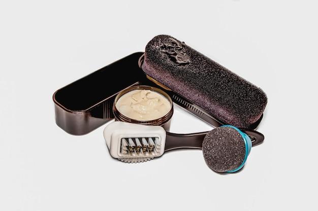 Schuhpflege. bürsten, schuhcreme. isoliert auf weißem hintergrund. konzept für design