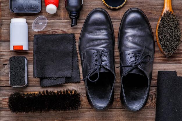 Schuhwachs, bürste und stiefel