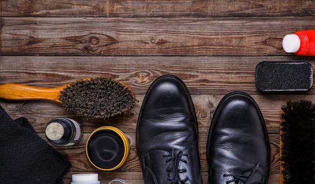 Schuhwachsbürste und stiefel