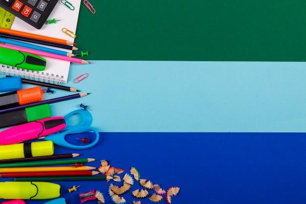 Schul- oder bürobriefpapier auf buntem. zurück zur schule.