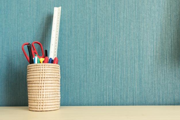 Schul- und büroartikel über bürotisch mit leerem raum für text