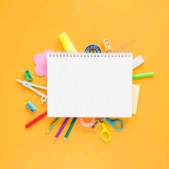 Schul- und büromaterial auf bernsteinfarbenem hintergrund