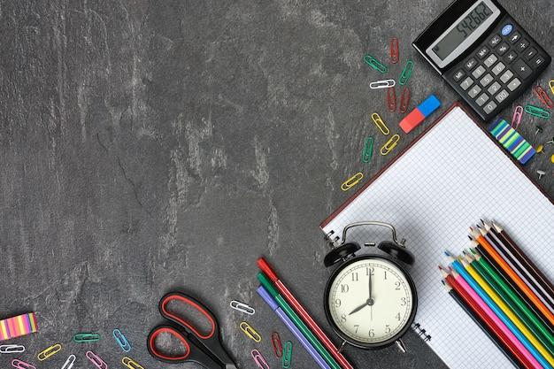 Schul- und büromaterial auf grau