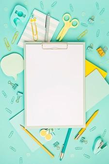 Schul- und büromaterial auf pastellhintergrund