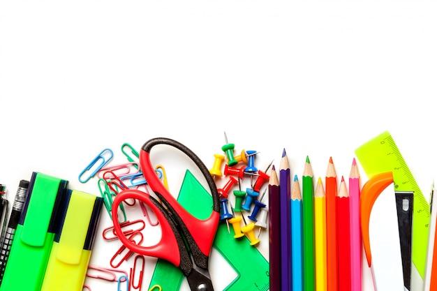 Schul- und kunstbedarf lokalisiert auf weißem hintergrund. ansicht von oben