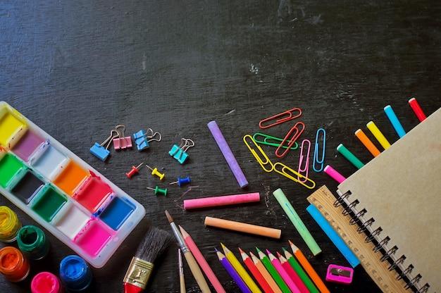 Schulangebot auf einem schwarzen hintergrund für die ausbildung verarbeitet mit snapseed.