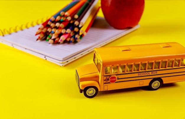 Schulannahme vorräte für die schule auf gelber fläche.