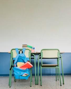 Schularbeitsplatz im klassenzimmer