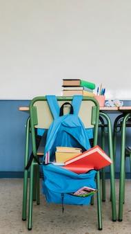 Schularbeitsplatz mit büchern im klassenzimmer