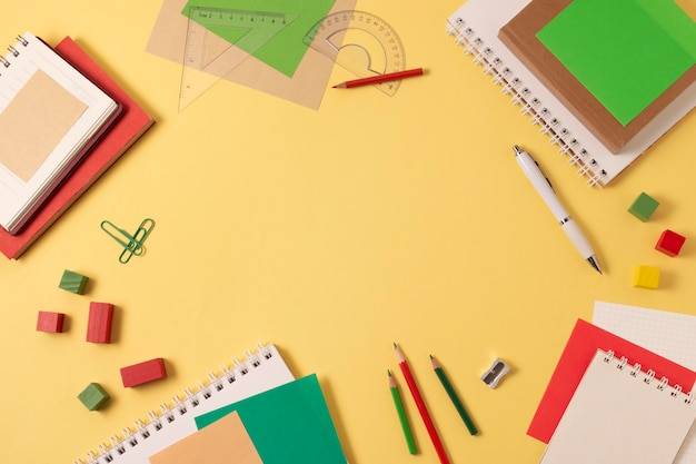 Schulartikel-stillleben mit kopienraum