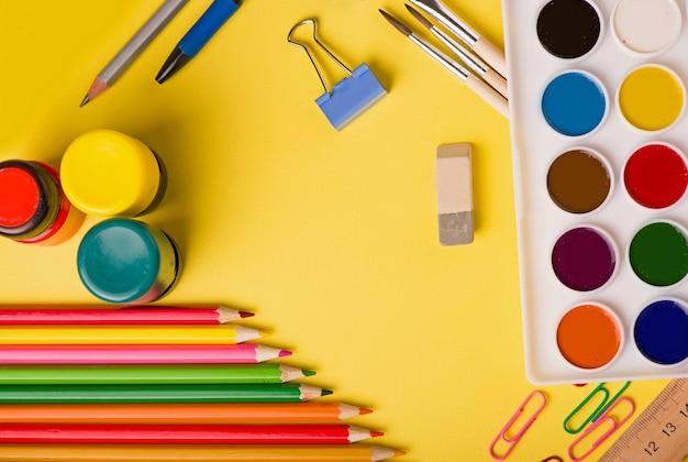 Schulbedarf an abstrakter bunter hintergrundbeschaffenheit.