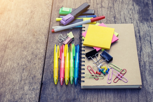 Schulbedarf auf altem hölzernem hintergrund