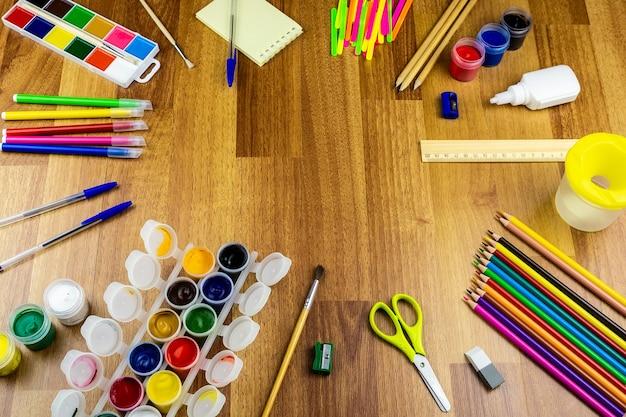 Schulbedarf auf einem braunen hintergrund