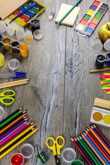 Schulbedarf auf einem grauen hintergrund