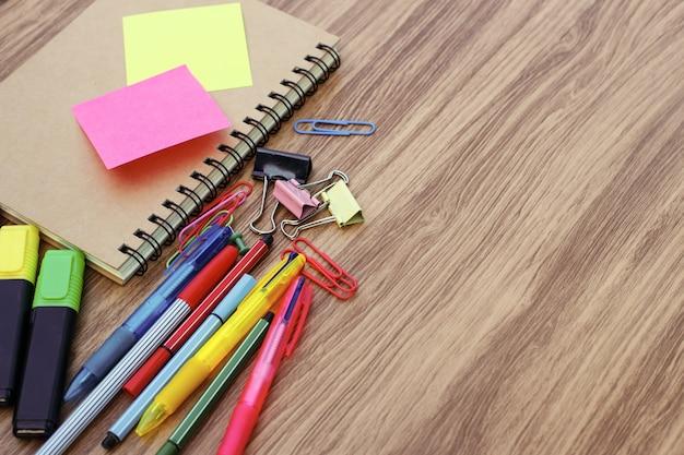 Schulbedarf auf einem holztisch mit platz für text