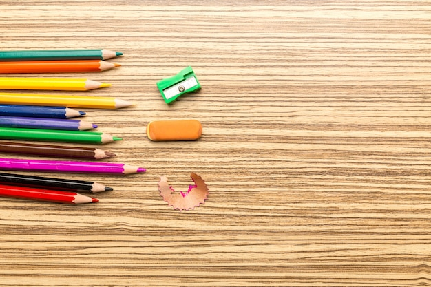 Schulbedarf auf hölzernem hintergrund