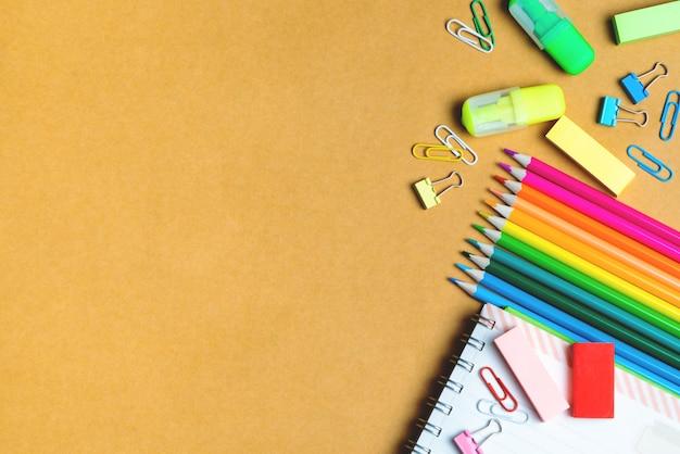 Schulbedarf auf tafelhintergrund. zurück zum schulkonzept